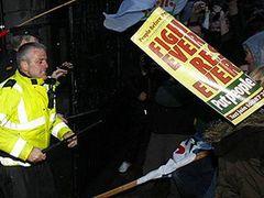 Полиция оттеснила митингующих от здания парламента Ирландии