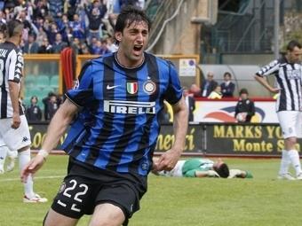 """Диего Милито после гола в ворота """"Сиены"""". Фото ©AFP"""