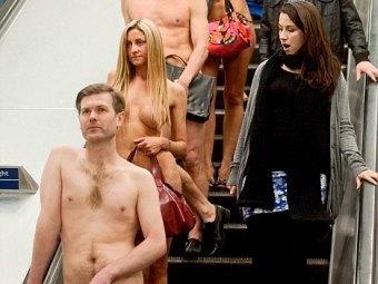 Офисные работники проехались в метро голыми ради рекламы сериала