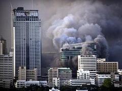 Таиландские оппозиционеры устроили огненную ловушку для ста человек