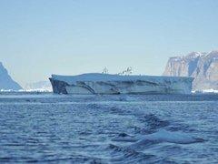 Айсберг со скульптурами отправился в свободное плавание