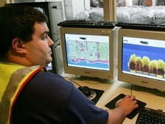 Австралийских таможенников научили искать в багаже туристов порнографию