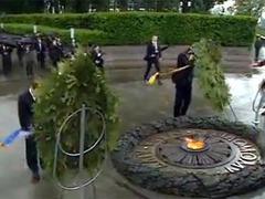 Упавший на Януковича венок уйдет с молотка