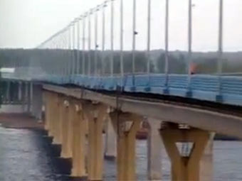 Кадр видеозаписи колебаний моста, выложенной на YouTube