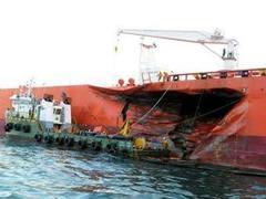 Нефть из поврежденного танкера залила сингапурские пляжи