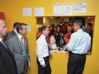 Дмитрий Медведев и Барак Обама в Ray's Hell Burger. Фото ©AFP