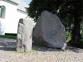 Рунические камни в память о Горме Старом и Харальде Синезубом. Фото пользователя Godewind с сайта wikipedia.org