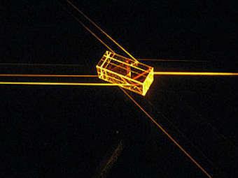 Лучи света, проходящие сквозь кристалл из ортосиликата иттрия. Изображение с сайта anu.edu.au