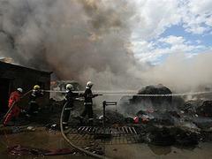 На окраине Пекина загорелся химический завод