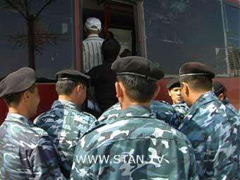 Задержание участников пикета у Байтерека. Кадр телекомпании Stan.TV