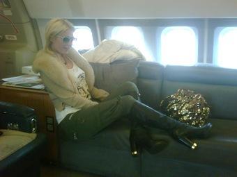 Пэрис Хилтон летит в ЮАР на частном самолете. Фото из микроблога