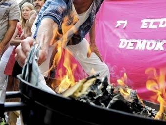 Шведские феминистки сожгли мешок с деньгами в знак протеста