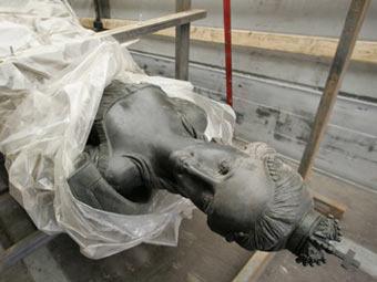 Монумент, установленный перед...  Памятник был установлен в городе Цербст на востоке Германии.