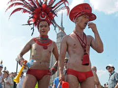 Гей-парад в Польше закидали яйцами
