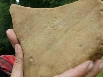 Камень с неолитическими каракулями. Фото исследователей, переданное The Daily Telegraph