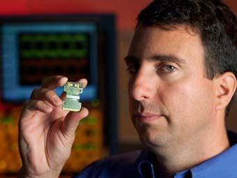 Инженер Intel с новым чипом. Фото пресс-службы компании