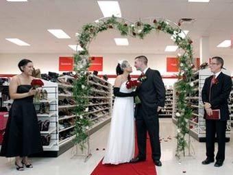 Американцы поженились в обувном магазине