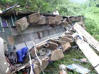 В Китае автобус упал с обрыва