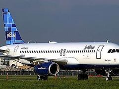 Поссорившийся с пассажиром стюард покинул самолет через аварийный выход