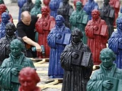 В немецком городе установили 800 разноцветных статуй Мартина Лютера