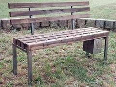 В китайском парке установили скамейки с шипами