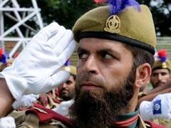 Полицейский-ботинкометатель стал героем Кашмира