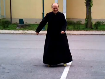 Венгерский священник преподал прихожанам урок катания на скейте
