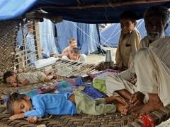 Пострадавшие от наводнения пакистанцы заблокировали дорогу