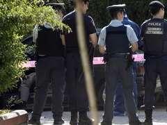 В Греции грабитель захватил заложников в банке