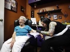 Столетняя американка сделала татуировку