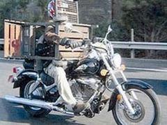 Новозеландца оштрафовали за поездку на мотоцикле в костюме из мангала