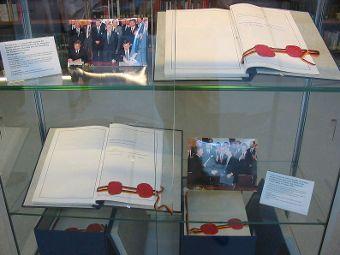 Экхемпляры Договора об объединении ФРГ и ГДР из экспозиции архива Министерства иностранных дел в Берлине. Фото с сайта wikipedia.org