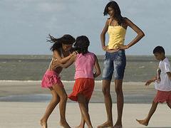 Необычайно высокий рост заставил 14-летнюю бразильянку бросить школу