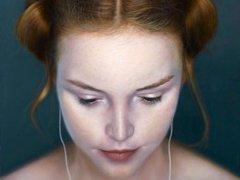 Портрет девушки с айподом стал самым популярным на выставке