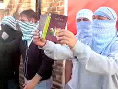 Британские националисты задержаны за сожжение Корана