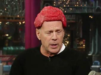 Брюс Уиллис в парике из натурального мяса. Кадр из телешоу Дэвида Леттермана