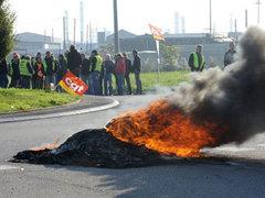 Марсельские грузчики заблокировали поставки нефти во Францию