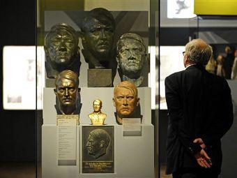 """Один из экспонатов выставки """"Гитлер и немцы"""". Фото ©AP"""