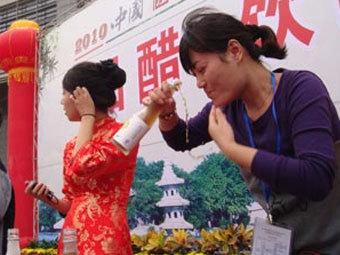 В Китае состоялся конкурс по скоростному поглощению уксуса