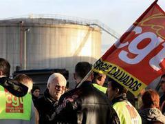 Во Франции силой разблокировали часть нефтехранилищ