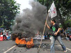 В столице Индонезии полиция применила против манифестантов газ