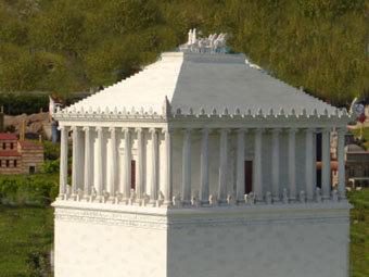 Копия мавзолея Галикарнасса, установленная в парке миниатюр в Стамбуле. Фото Nevit Dilmen