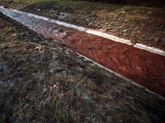 Вода, загрязненная красным шламом в Венгрии. Фото ©AFP