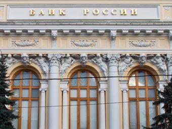 Банк России выбрасывает на рынок все новые и новые порции долларов?