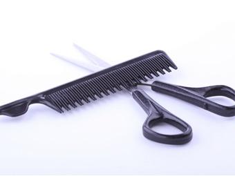 Китайские парикмахеры сделали клиентке стрижку гигантскими ножницами