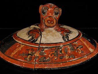 Один из артефактов, обнаруженных в царской гробнице в Эль-Сотсе в Гватемале. Фото предоставлено археологами Брауновского университета, которые вели раскопки