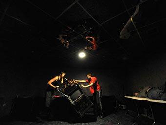 Демонтаж оборудования в подпольном игровом клубе. Фото ©AFP