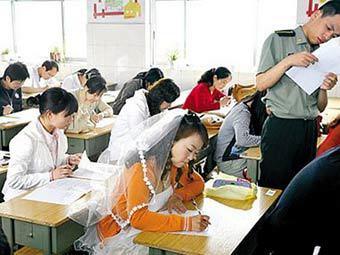 Китаянка приехала на экзамен в свадебном платье