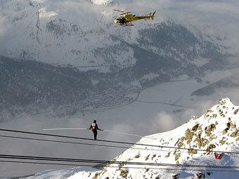 Житель Швейцарии Фредди Нок прошелся по проводу, по которому курсирует фуникулер, без страховочных тросов на высоте около трех километров,