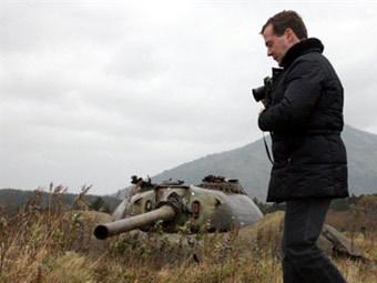 Дмитрий Медведев в ходе поездки на Курилы. Фото ©AFP